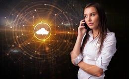 Человек говоря по телефону с концепцией технологии облака стоковые изображения