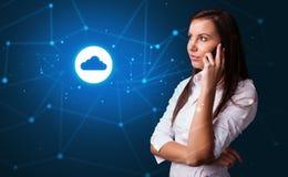 Человек говоря по телефону с концепцией технологии облака стоковые фото