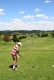 человек гольфа с teeing детенышей Стоковые Изображения