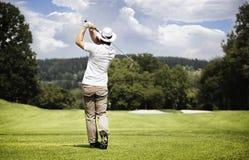 человек гольфа шарика с teeing Стоковые Изображения