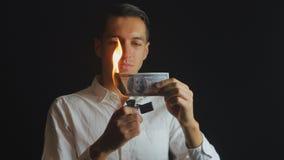 Человек горит счет доллара 100 в темной предпосылке сток-видео
