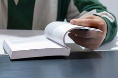 Человек готов книга на таблице Стоковое фото RF