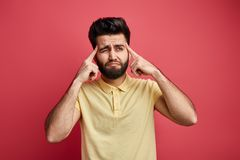 Человек грустного задумчивого thoughtfult молодой индийский касаясь вискам с пальцами стоковые изображения