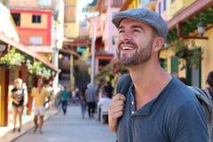 Человек гуляя вокруг красочного Guatape Колумбии стоковое изображение