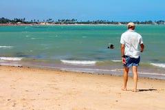 Человек гуляя на пляж стоковые изображения rf