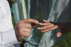 Человек давая обручальное кольцо к его подруге Стоковое Изображение RF