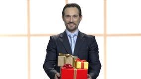 Человек давая стог подарочных коробок видеоматериал
