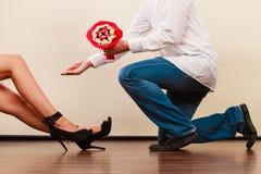 Человек давая цветки пука конфеты женщины любить пар Стоковая Фотография RF