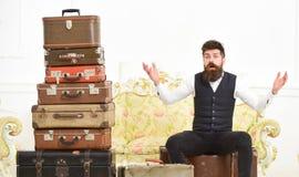 Человек, дворецкий с бородой и усик поставляют багаж, роскошную белую внутреннюю предпосылку Мачо элегантное на удивленной сторон стоковые изображения rf