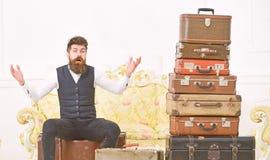 Человек, дворецкий с бородой и усик поставляют багаж, роскошную белую внутреннюю предпосылку Мачо элегантное на удивленной сторон стоковое изображение