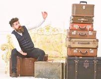 Человек, дворецкий с бородой и усик поставляют багаж, роскошную белую внутреннюю предпосылку Багаж и концепция путешествовать стоковые фото
