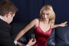 человек девушки предлагая осадить Стоковые Фотографии RF