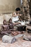 Человек делает деревянные ремесла в Индонезии стоковая фотография