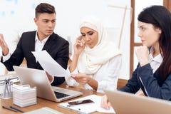 Человек делает заявку к женщине нося hijab стоковое изображение