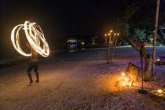 Человек делает изумлять fireshow стоковое фото