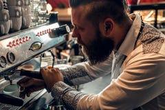 Человек делает кофе в профессиональной машине кофе Стоковое Фото