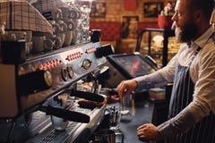 Человек делает кофе в профессиональной машине кофе Стоковые Изображения RF