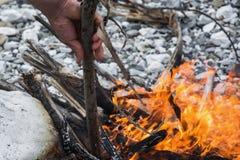 Человек делает огонь в природе Стоковое Изображение
