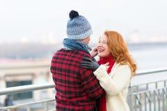 Человек делает смешных женщин румян в красном scurf Заботы Гая о женщинах Женщины счастливые для того чтобы встретить людей в гор стоковые фотографии rf