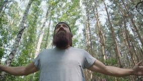Человек делает спорт одни, делающ работает в лесе акции видеоматериалы
