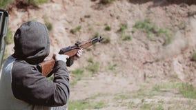 Человек делает съемку из снайперской винтовки акции видеоматериалы