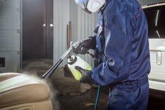Человек делает химическую чистку из автомобиля Стоковые Фотографии RF
