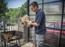 Человек делая барбекю Стоковая Фотография RF