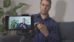 Человек делая видео- блог сток-видео