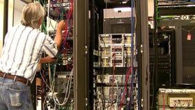 Человек делая диагноз компьютера сток-видео