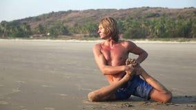 Человек делая йогу на пляже видеоматериал