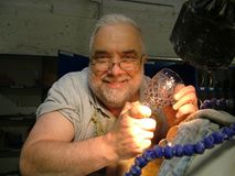 Человек делая кристалл в Уотерфорде, Ирландии стоковые изображения