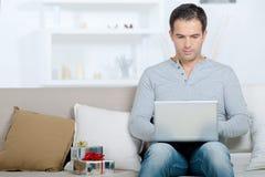 Человек делая онлайн приобретение стоковые фотографии rf