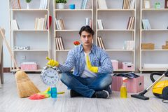 Человек делая очищать дома Стоковые Фотографии RF