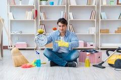 Человек делая очищать дома Стоковые Фото
