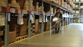Человек делая покупки на складе рынка мебели и конструкции Материалы жилищного строительства видеоматериал