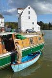 Человек делая ремонты шлюпки на набережной Woodbridge стоковое фото rf