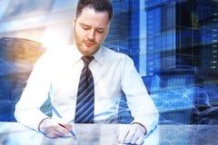Человек делая multiexposure обработки документов Стоковое Фото