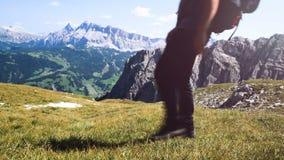 Человек делая trekking в горах, идя к верхней части, горы Alta Badia сток-видео
