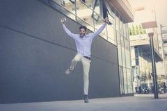 человек дела высокий скача Человек на улице города стоковая фотография