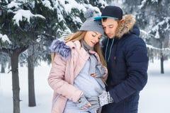 Человек держа беременный живот outdoors Стоковое Изображение RF
