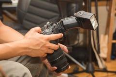 Человек держа большую камеру Стоковое Фото