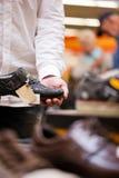 Человек держа ботинок с висеть ценника Стоковое фото RF