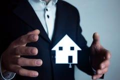 Человек держа дом имущество принципиальной схемы реальное Стоковое Изображение RF