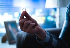 Человек держа захват или обручальное кольцо стоковое изображение rf