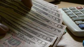 Человек держа и подсчитывая долларовые банкноты Богатство и концепция сбережений сток-видео