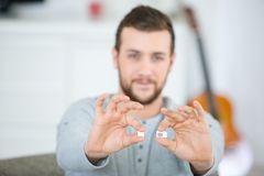 Человек держа карточку sim Стоковое Изображение