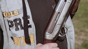 Человек держа корокоствольное оружие больш-калибра Красивые выгравированные оружия сток-видео