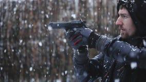 Человек держа оружие и направляя отснятый видеоматериал замедленного движения видеоматериал