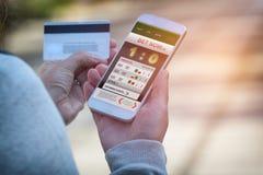 Человек держа пари на спорт с smartphone Стоковая Фотография