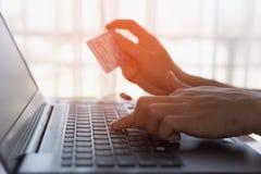 Человек держа поднимающее вверх кредитной карточки близкое, коммерция e, онлайн торговая операция, cr Стоковая Фотография RF